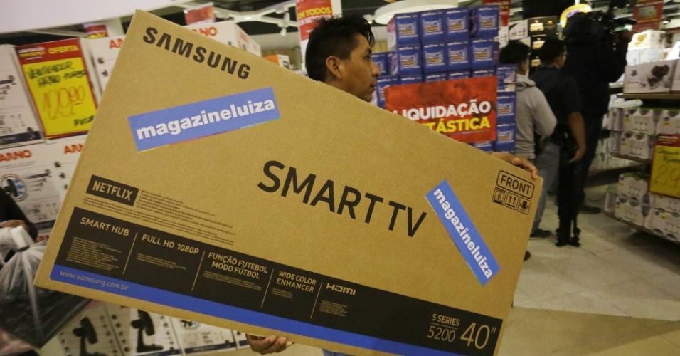 5.jan.2018 - Homem carrega TV em unidade da Marginal Tietê do Magazine Luiza, em São Paulo, nesta sexta-feira (5), dia em que a rede realiza sua promoção anual