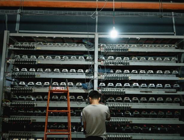 Li Shuangsheng trabalha na Bitmain, uma fazenda de bitcoins em Dalad Banner, na Mongólia
