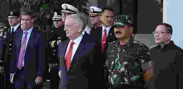 24.jan.2018 - Chefe do Exército da Indonésia Hadi Tjahjanto acompanha o Secretário de Defesa dos EUA Jim Mattis durante sua visita a Jacarta - AFP PHOTO / TENTARA NASIONAL INDONESIA - AFP PHOTO / TENTARA NASIONAL INDONESIA