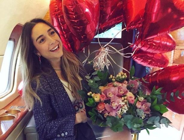 Mina Basaran em avião durante viagem de sua despedida de solteira