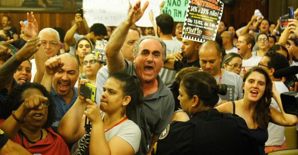 14.mar.2018 - Manifestantes protestam contra o projeto na Câmara Municipal de São Paulo que propõe mudanças na Previdência dos funcionários do município