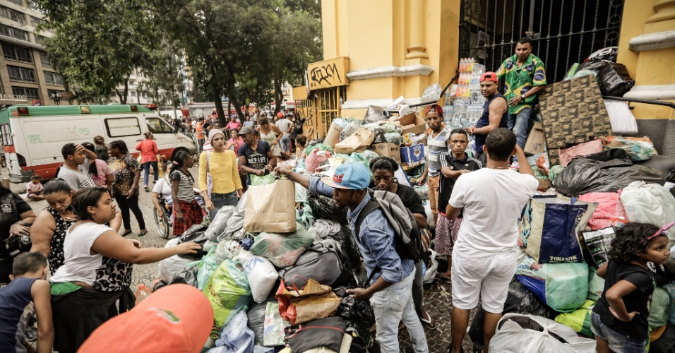 1º.mai.2018 - Voluntários recolhem donativos para as famílias que ocupavam o prédio que pegou fogo e desabou no centro de São Paulo