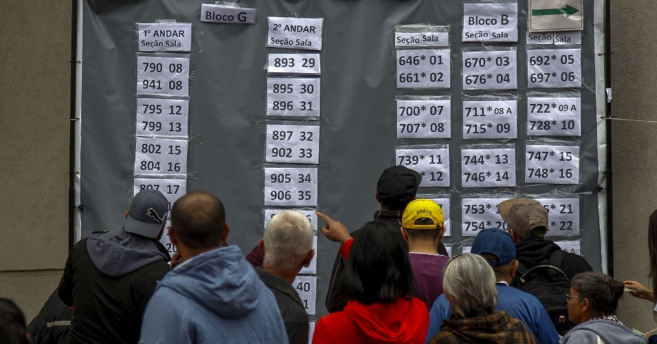 Eleitores procuram suas salas de votação em São Paulo