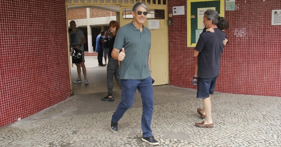 William Bonner é visto deixando o colégio eleitoral onde votou na Barra da Tijuca, zona oeste do Rio