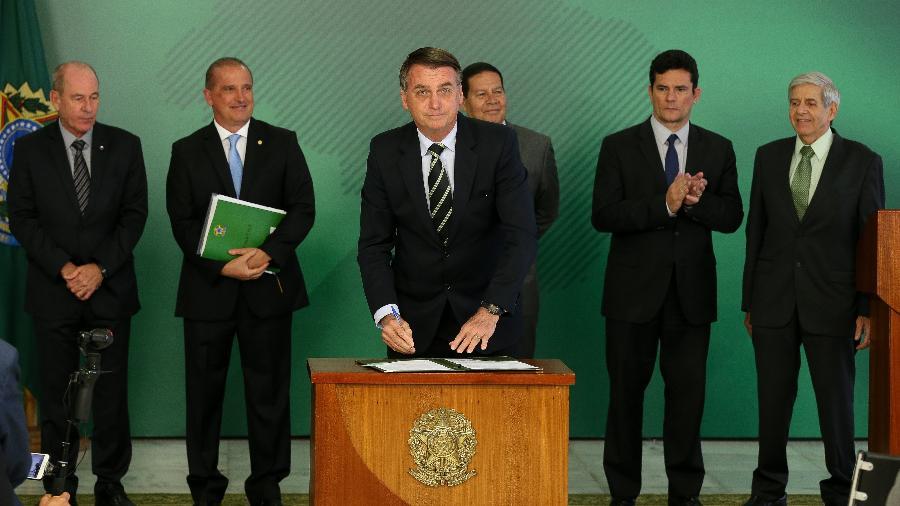 15.jan.2019 - Bolsonaro assina decreto que modifica a regulamentação para posse de arma de fogo, plataforma de sua campanha - Pedro Ladeira/Folhapress