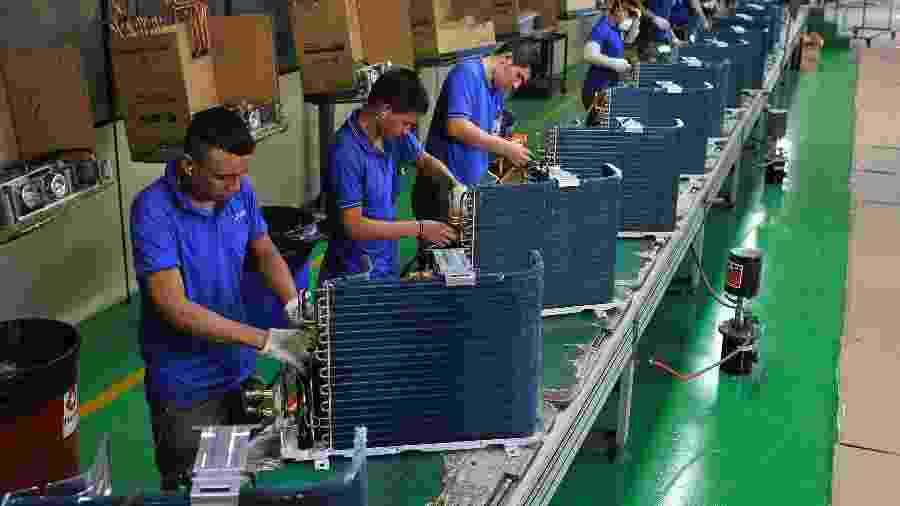 Funcionários trabalham em fábrica de ar-condicionado em Manaus - Jianan Yu