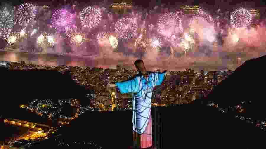 Imagens são projetadas no Cristo Redentor durante queima de fogos no Réveillon 2020 em Copacabana, no Rio - Fernando Maia/Riotur