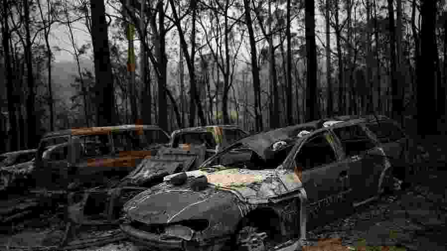 Carros destruídos por incêndio florestal no vilarejo de Mogo, na Austrália - ALKIS KONSTANTINIDIS
