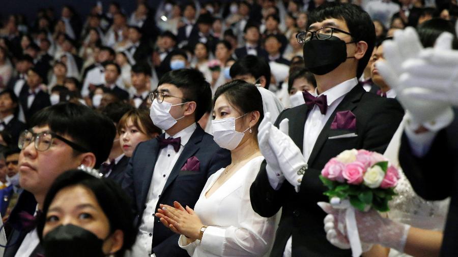 Casais usammáscaras de proteção participam de cerimônia coletiva de casamento em Gapyeong, na Coreia do Sul, em fevereiro deste ano - Heo Ran/Reuters