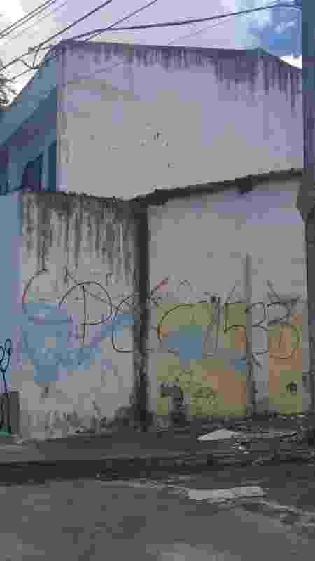 Pichação contra o PCC em muro de escola de Fortaleza - Luís Adorno/UOL