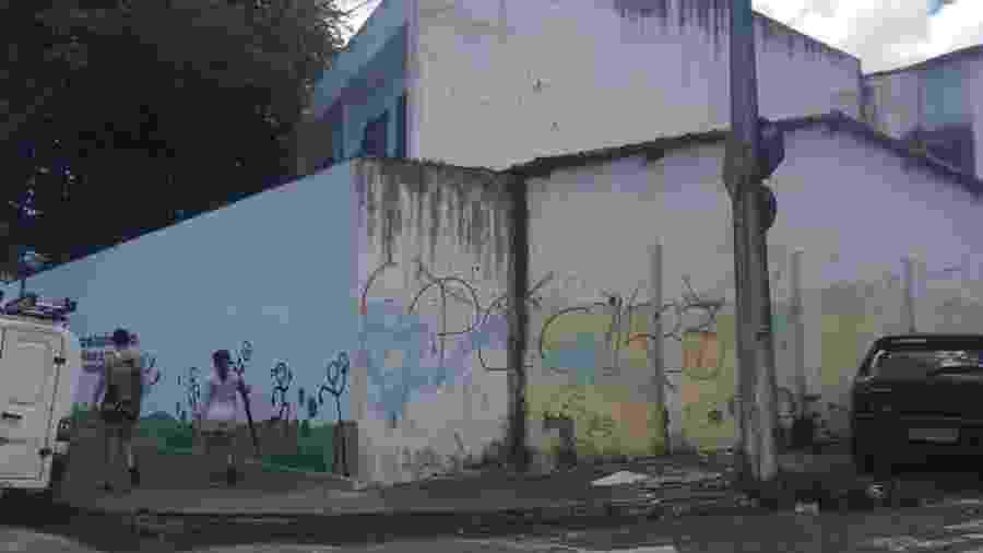 Pichação contra o PCC em muro de escola em Fortaleza - Luís Adorno/UOL