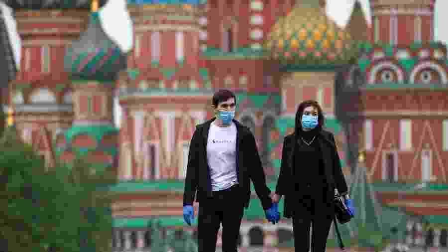12.mai.2020 - Jovens andando nas ruas de Moscou, na Rússia, durante pandemia - Valery Sharifulin / TASS