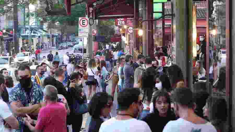 Aglomeração em bares de São Paulo  - DANIEL TEIXEIRA/ESTADÃO CONTEÚDO
