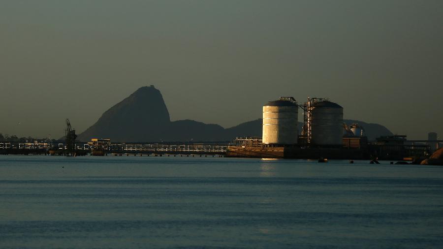 Tanques de gás natural na Baía de Guanabara, Rio de Janeiro - Pilar Olivares