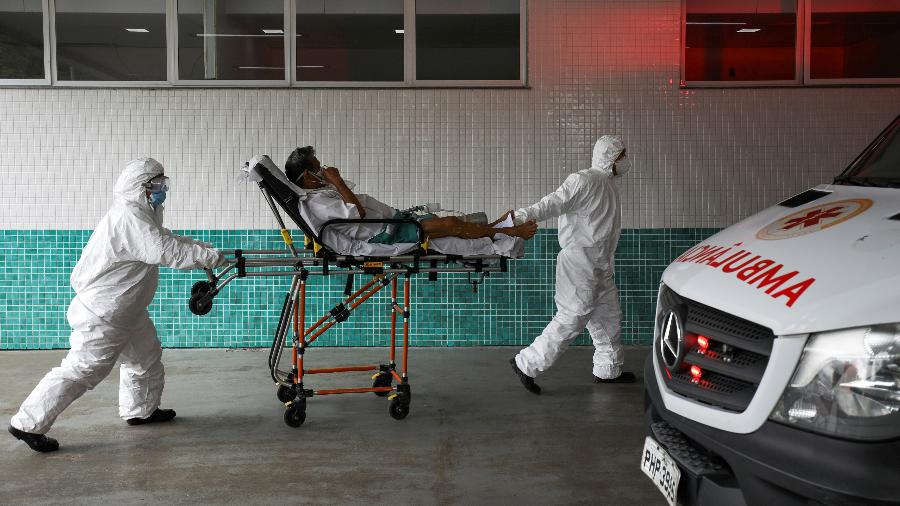 14 jan. 2021 - Médicos atendendo paciente com covid-19 em Manaus, Amazonas - BRUNO KELLY/REUTERS