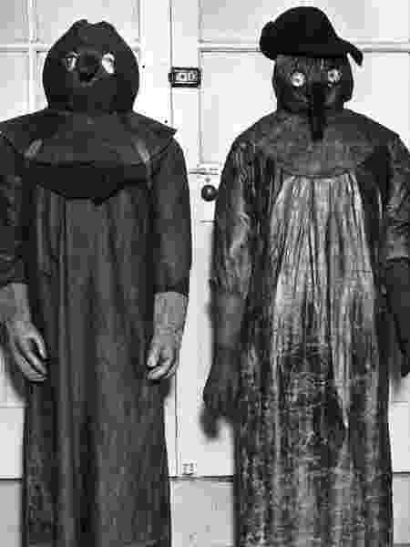 A vestimenta para se salvar da peste negra, exposta em um museu de Londres - Getty Images - Getty Images