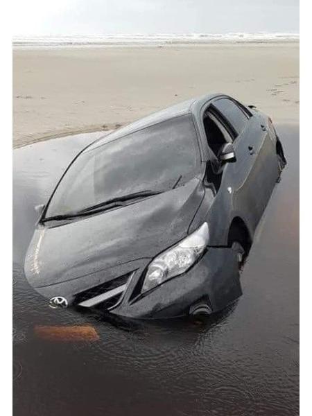 Veículo ficou preso na areia em Ilha Comprida e acabou atingido pela alta da maré - Reprodução/Whatsapp