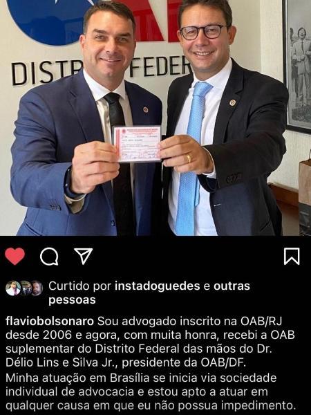 Senador Flavio Bolsonaro recebe de Delio Lins e Silva a carteira de sócio da OAB-DF - Reprodução - Redes Sociais