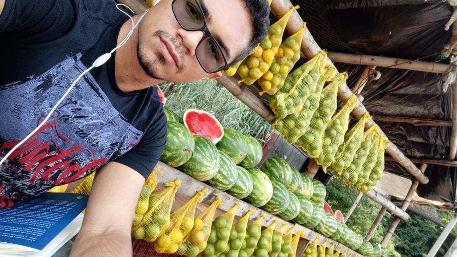 Kayan trabalhava vendendo frutas na barraa do pai para pagar os seus estudos - Arquivo pessoal