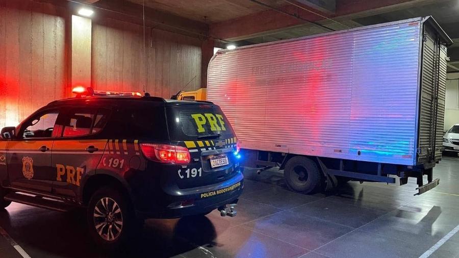 Caminhão foi apreendido pela PRF-RS em Bento Gonçalves, ontem, com um carregamento ilegal de vinhos, avaliados em R$ 1 milhão - PRF-RS/Divulgação