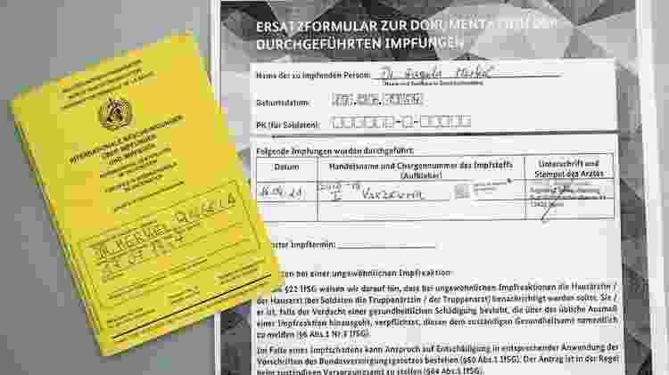 Angela Merkel, primeira-ministra da Alemanha, compartilhou seu comprovante de vacinação - BBC - BBC