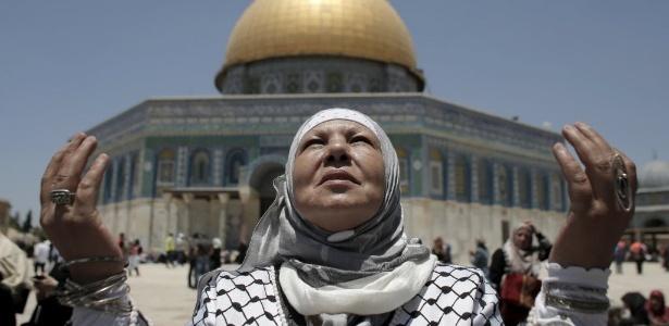 3.jul.2015 - Mulheres palestinas oram fora do Domo da Rocha no complexo de Al-Aqsa em Jerusalém durante a terceira sexta-feira de orações do mês de jejum sagrado muçulmano do Ramadã
