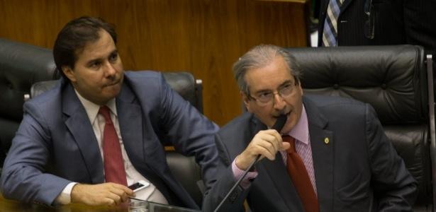 Maia (à esq.) disse a aliados que não colocará cassação de Cunha para ser votada se houver menos de 460 deputados em plenário