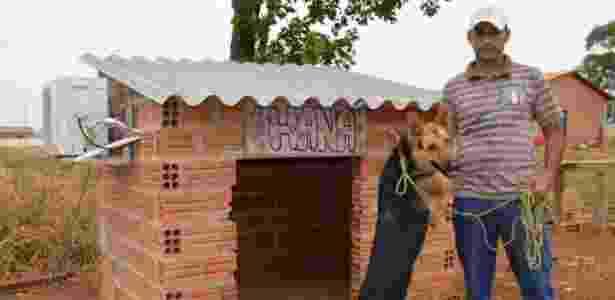 O autônomo Wyomar Ramos de Araújo, 39, e sua cachorra, Hana, que ganhou um ar-condicionado na sua casinha em Tocantins - Guaraí Notícias