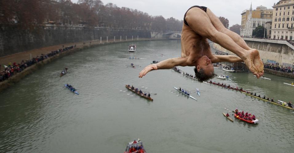 1º.jan.2016 - Homem mergulha em rio de Roma, como parte das tradicionais comemorações de Ano-Novo na cidade italiana