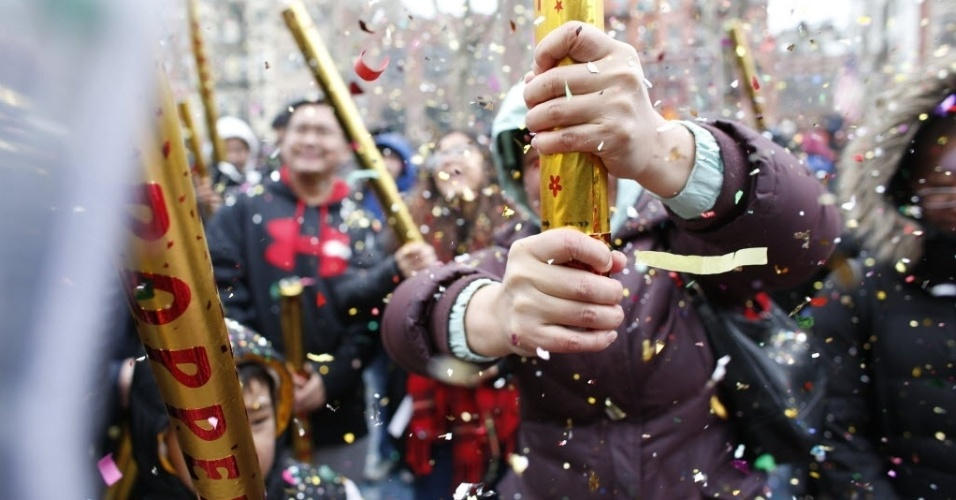 8.fev.2016 - Multidão lança confete e celebra o Ano-Novo Lunar em Nova York. Marcando o início do Ano do Macaco no horóscopo chinês, o novo ciclo teve início à meia-noite na madrugada desta segunda-feira (8)