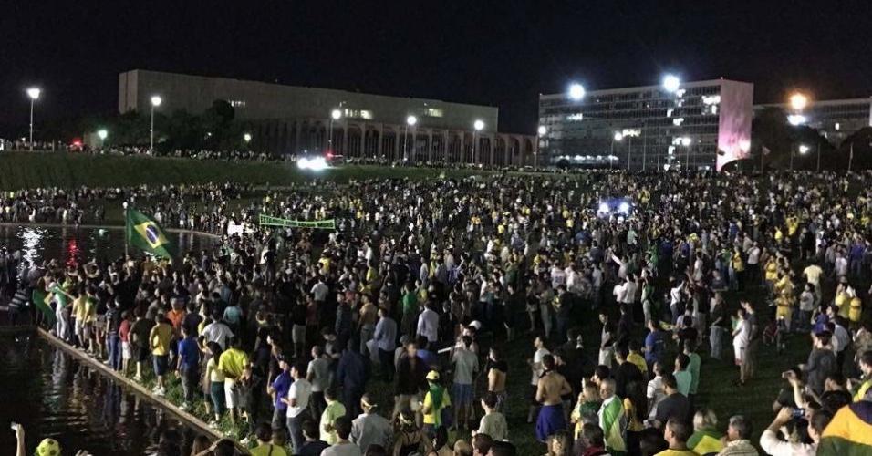 16.mar.2016 - Manifestantes protestam contra nomeação de Lula ao Ministério da Casa Civil, em frente ao Palácio do Planalto, em Brasília (DF)