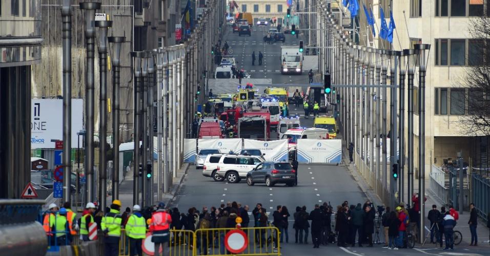 22.mar.2016 - Ruas em volta da estação de metrô Maalbeek, em Bruxelas, são cercadas e isoladas após ataques a bomba que atingiram o local em um atentado terrorista coordenado com explosões no aeroporto internacional da capital belga