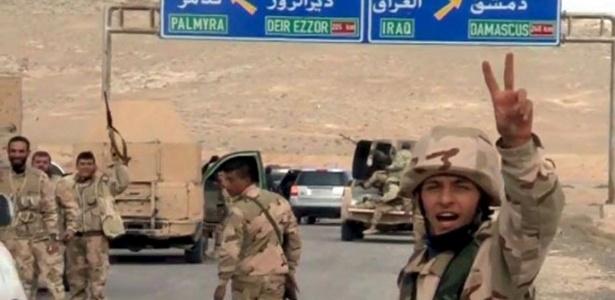 Forças leais ao ditador sírio, Bashar al-Assad, supostamente avançam em direção à entrada da cidade histórica de Palmira, em foto fornecida pela agência estatal Sana
