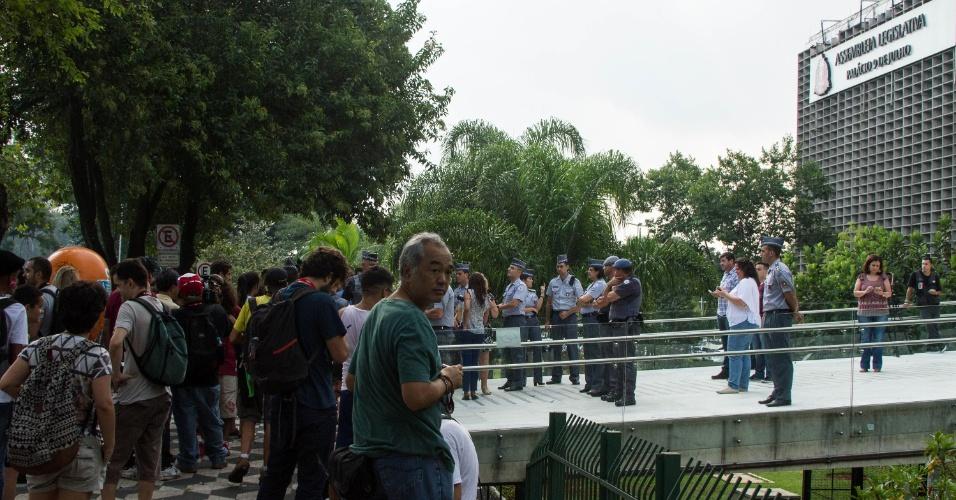 29.mar.2016 - Estudantes chegam à Alesp (Assembleia Legislativa de São Paulo) , na zona sul de São Paulo. Eles protestam contra o fechamento de salas na rede estadual, a máfia da merenda e por melhores condições de estudo na rede pública