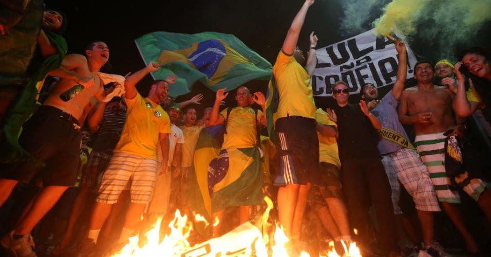 17.abr.2016 - Manifestantes a favor do impeachment da presidente Dilma comemoram a aprovação do processo na Câmara dos Deputados, em telão instalado na praia de Copacabana, na zona sul do Rio de Janeiro