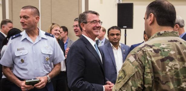 O secretário da Defesa dos EUA, Ashton Carter, com membros das Forças Armadas, após proferir discurso no centro de pesquisas da Nasa em Mountain View, na Califórnia