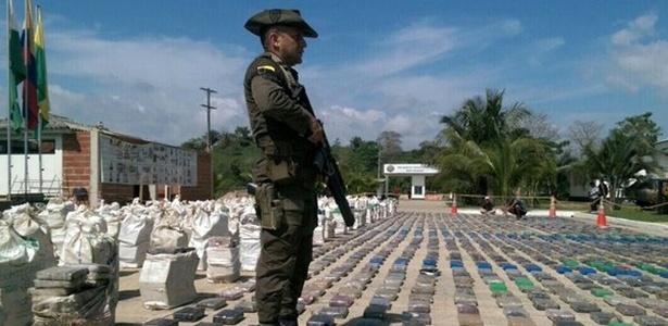 Pelo menos oito toneladas de cocaína foram apreendidas neste domingo pela polícia da Colômbia no noroeste do país