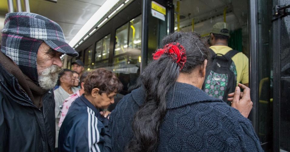 """18.mai.2016 - Os terminais de ônibus foram  liberados após a paralisação de duas horas de motoristas e cobradores em São Paulo. A classe paralisou todos os 28 terminais municipais e um intermunicipal que são administrados pela prefeitura da cidade, reivindicando reajuste salarial e melhorias. Segundo a UGT (União Geral dos Trabalhadores), entidade à qual é vinculado o Sindimotoristas, organizador da paralisação, o ato foi """"pacífico"""""""