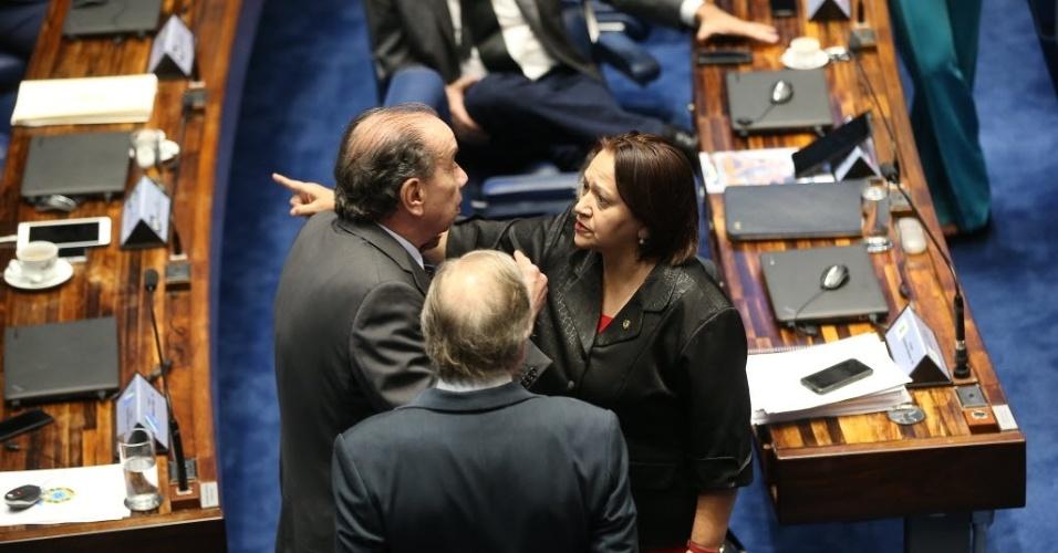 30.ago.2016 - Os senadores Aloysio Nunes Ferreira (PSDB-SP) e Fátima Bezerra (PT-RN) batem boca por causa do deputado José Guimarães (PT-CE), que teria chamado a advogada de acusação, Janaina Paschoal, de golpista, durante o julgamento do impeachment da presidente afastada, Dilma Rousseff, no Senado