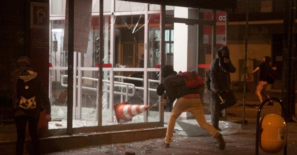 1.set.2016 - Manifestantes que participavam de protesto contra o presidente Michel Temer (PMDB) depredaram uma agência bancária no centro de Porto Alegre (RS)