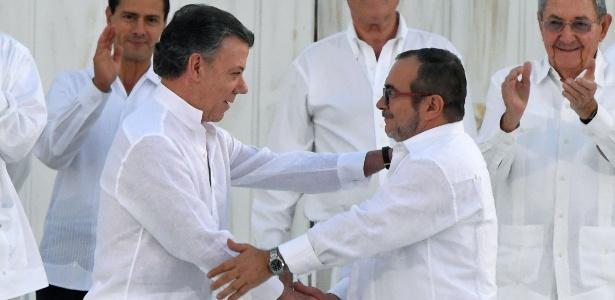 Presidente da Colômbia e o líder das Farc apertam as mãos após assinatura do acordo de paz