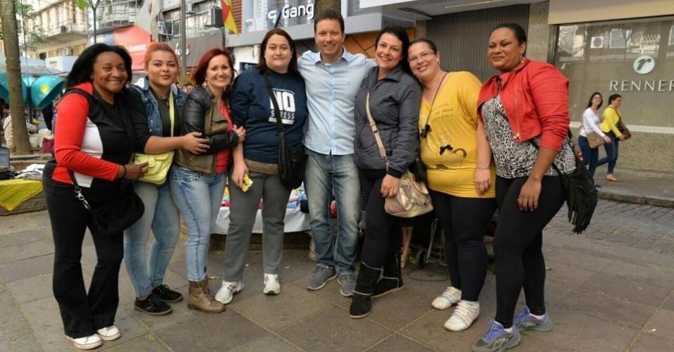 1.out.2016 - Nelson Marchezan Júnior (PSDB), candidato a prefeito de Porto Alegre, caminhou pelo centro da cidade e posou para fotos com eleitores