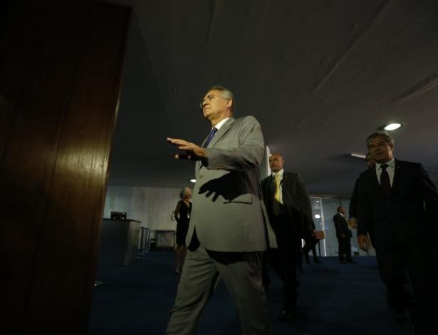 6.dez.2016 - O presidente afastado do Senado, Renan Calheiros, chega para assinar a notificação de afastamento do cargo