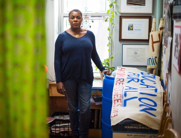 Ninaj Raoul, diretora-executiva do grupo Haitian Women for Haitian Refugees, em seu escritório no Brooklyn