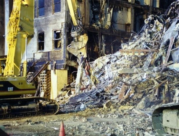 O FBI registrou o progresso feito pelos trabalhadores de construção civil na limpeza dos destroços no Pentágono, dando a dimensão do tamanho da destruição feita pelo choque do avião da American Airlines contra o edifício. O voo 77 atingiu o prédio às 9h37 da manhã, e o prédio desmoronou parcialmente às 10h10
