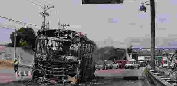 Ônibus queimado em ação de narcotraficantes em Cordovil, zona norte do Rio - Cléber Júnior/Extra/Agência O Globo