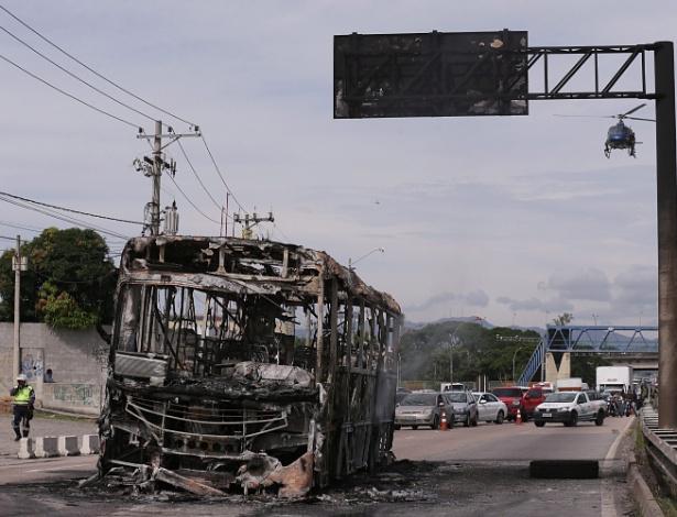Ônibus queimado em ação de narcotraficantes em Cordovil, zona norte do Rio