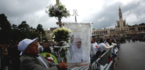 Peregrinos esperam a chegada do papa Francisco em Fátima (Portugal)