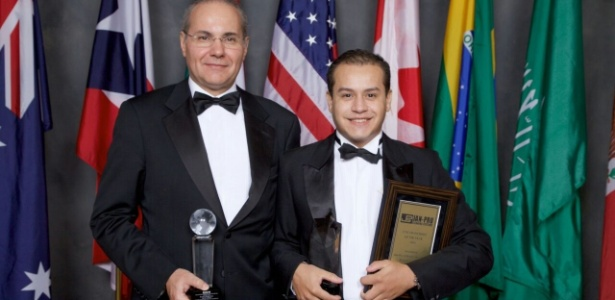 Roberto Gonzaga (à dir.) recebe prêmio da franqueadora nos EUA - Divulgação