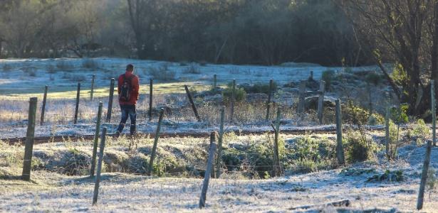 Pessoa caminha no frio em Santana do Livramento (RS)